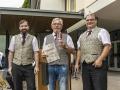 Ehrenmitglied Werner Pöthig erhält stellvertretend für alle Gründungsmitglieder die Urkunde und als Geschenk ein Weinglas mit Gravur